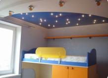 Какие натяжные потолки установить в детской комнате?