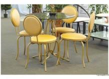 Столы и стулья в интерьере ресторана