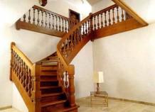 Маршевая лестница из дерева в интерьере