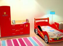 Уютная детская кровать в виде машины – подойдет даже для небольших комнат
