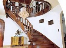 Лестницы загородных домов: какими они могут быть?